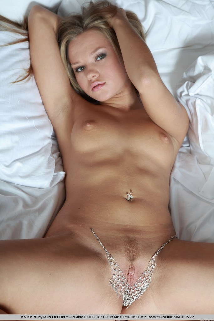 Nude met art pussy for